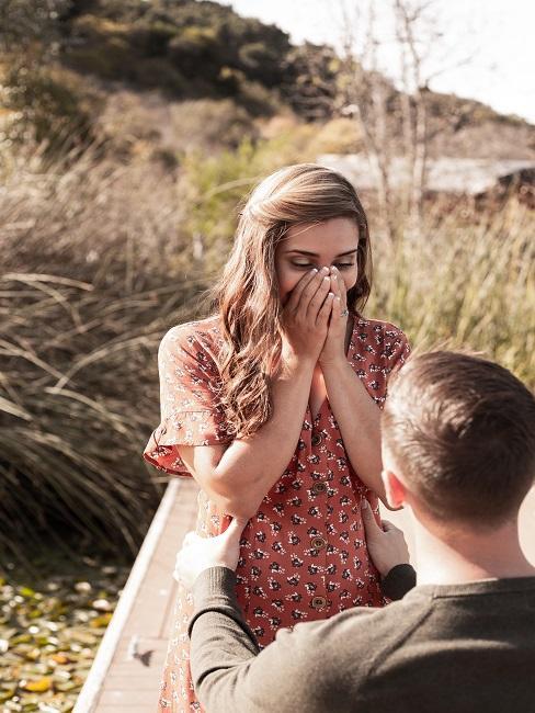 Ciesząca się kobieta z zaręczyn