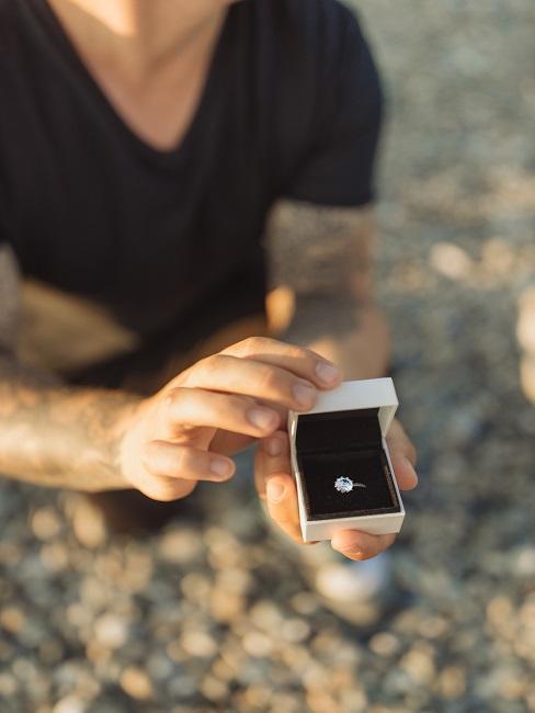 Mężczyzna klęczący z pierścionkiem - zaręczyny