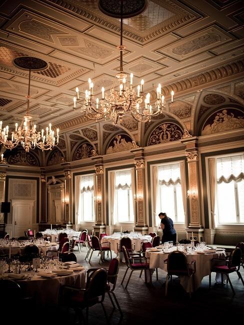 Restauracja z dużymi żyrandolami jako miejsce na zaręczyny