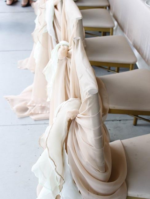 Kremowe zdobienia na krzesłach na wesele do 50 osób