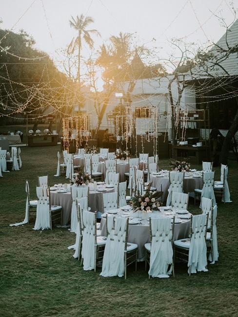 Stoły przygotowane do wesela w plenerze