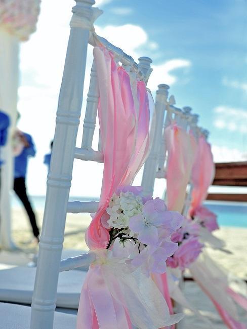 Ozdobne krzesła na ceremonie ślubu
