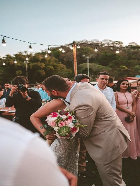 Goście na ślubie w plenerze