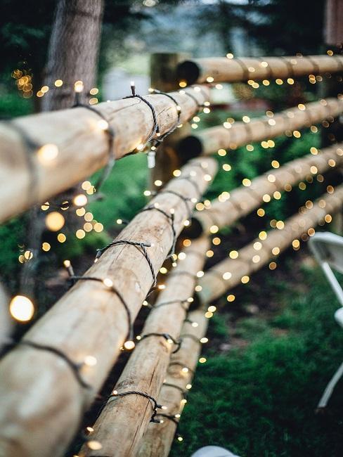 Światełka na płocie na ślubie w plenerze