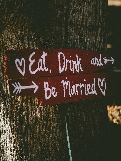 Drogowskazy przy drzewie na ślubie w plenerze