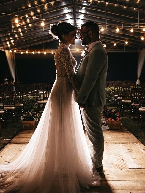 Para Młoda stojąca i czekająca na zabawy weselne