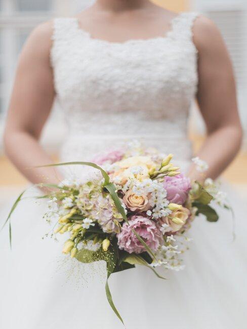 Ślub humanistyczny Panny Młoda z bukietem