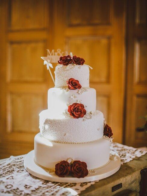 Tort z ozdobnymi czerwonymi różami