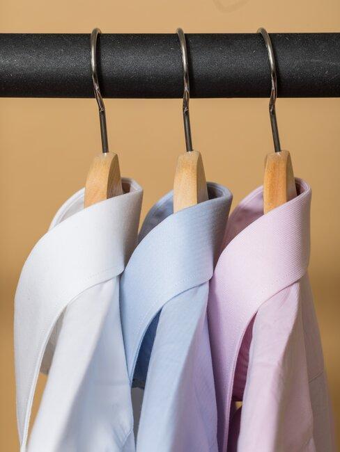 Koszule wiszące na wieszaku