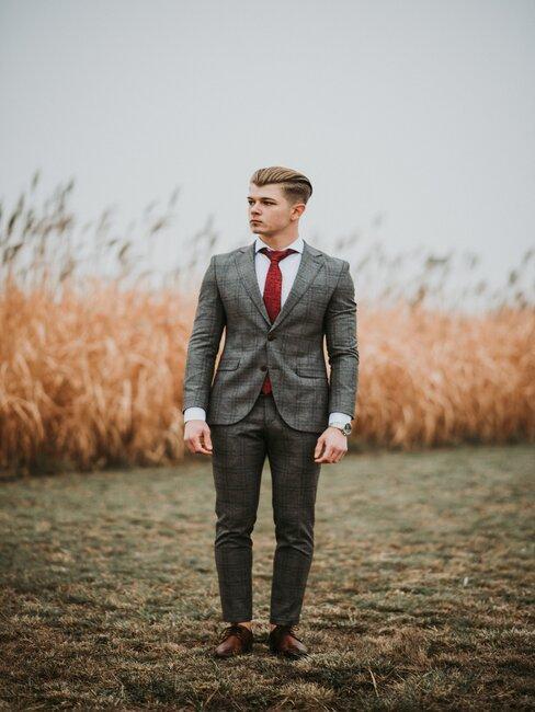 Młody mężczyzna w garniturze
