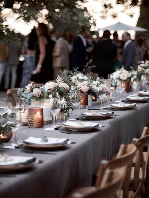 Stół przygotowany na obiad weselny