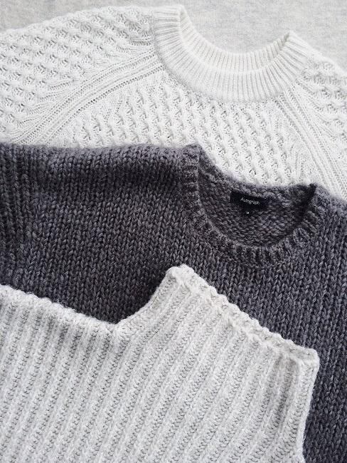 Swetry w kolorach bieli i szarości