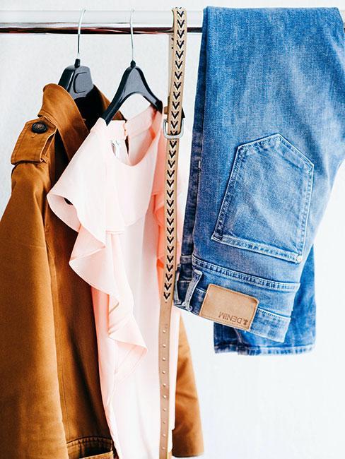 Kilka ubrań na wieszakach