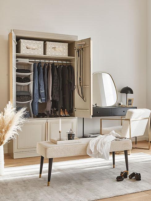 Biała szafa kapsułowa w pomieszczeniu z toaletką i ławką
