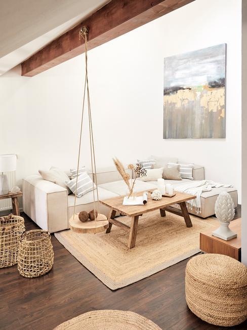 Dom rustykalny: Jasny salon białym ścianami, drewnem i kolorami ziemi