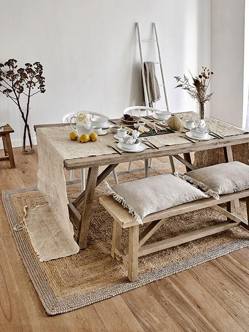 Jadalnia z meblami z drewna oraz tekstyliami w naturalnych kolorach - dom rustykalny