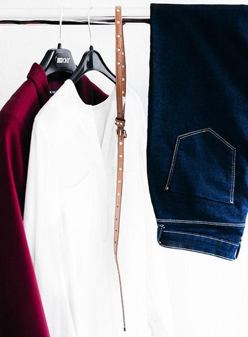 klasyczne ubrania w szafie kapsułowej