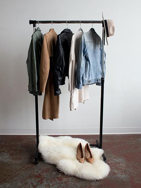 ubrania wierzchne w szafie kapsułowej
