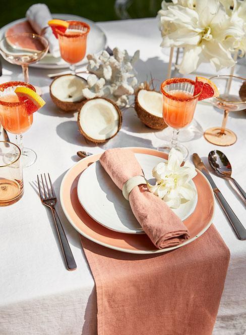 pomarańczowy drink z grejpfrutem na wiosennym stole