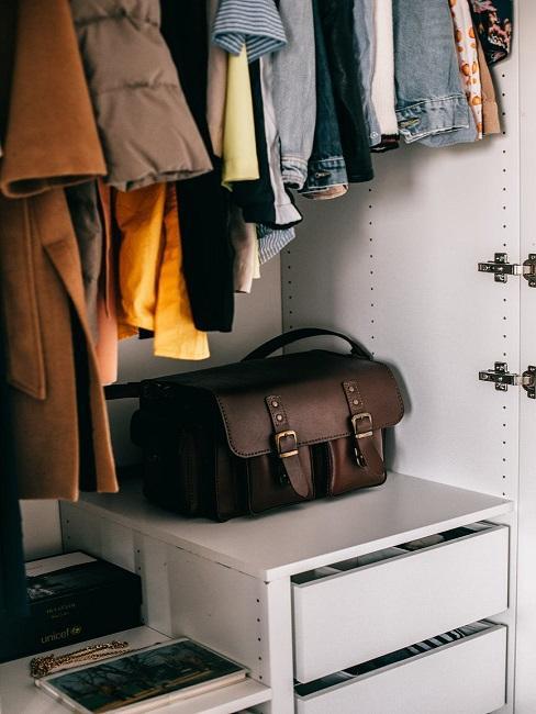Wnętrze szafy z brązową torebką