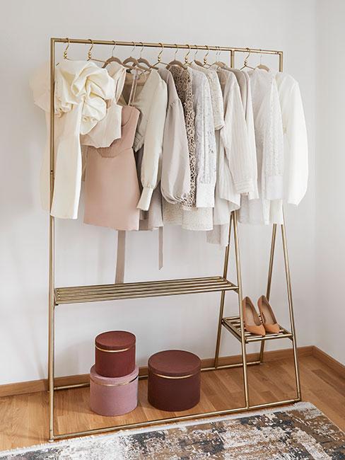 Ubrania powieszone na drążku