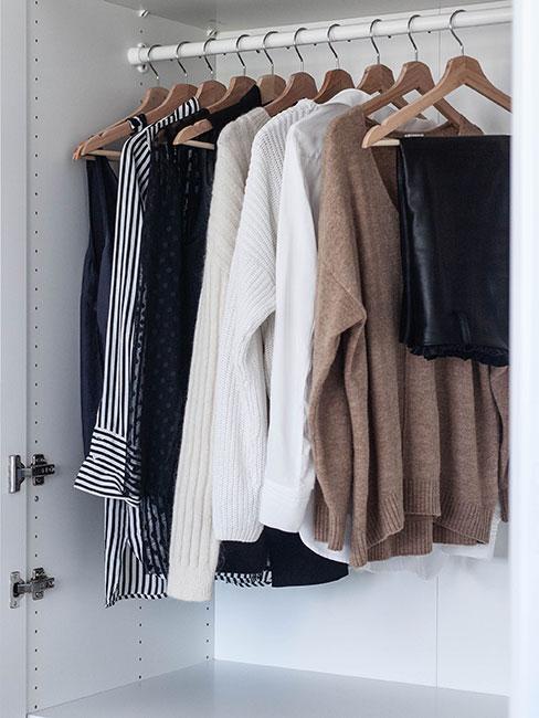Wnętrze szafy w kolorach czerni, bieli i brązu