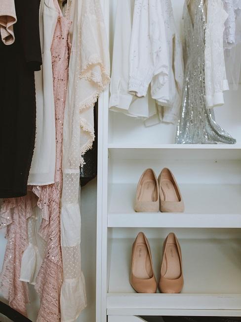 Wnętrze szafy w kolorach różu i bieli