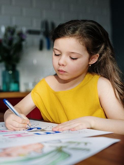 Dziewczynka rysująca obrazek