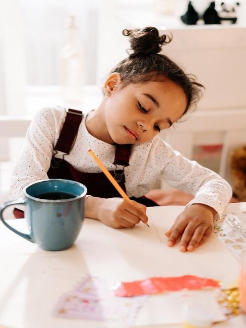 Dziewczynka rysująca w domu