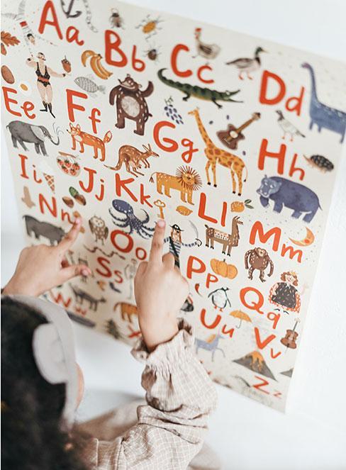 Dzieci przyglądające się literkom na tablicy