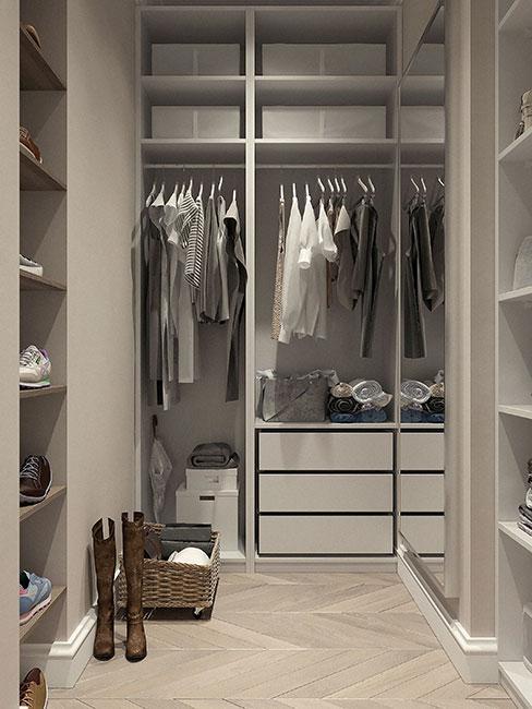wnętrze szafy wnękowej z ubraniami w neutralnych barwach