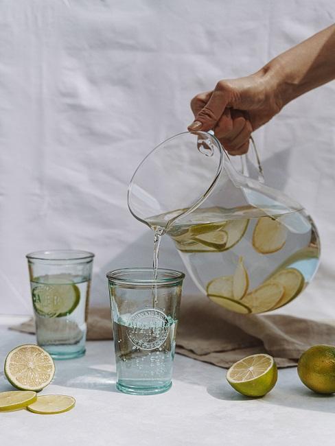 Dzbanek i szklanki z wodą i cytryną