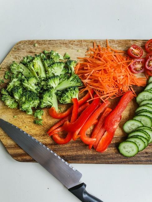 Deska z pokrojonymi warzywami idealna w trakcie postu przerywanego