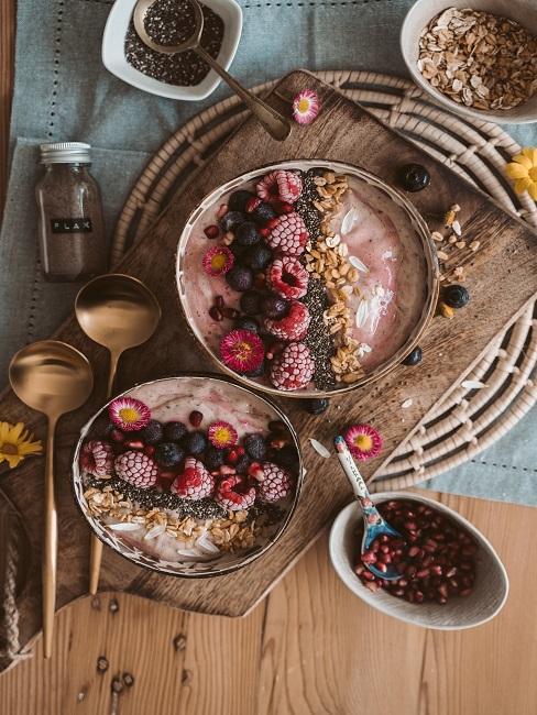Miska pełna owoców, bakali, masła orzechowego