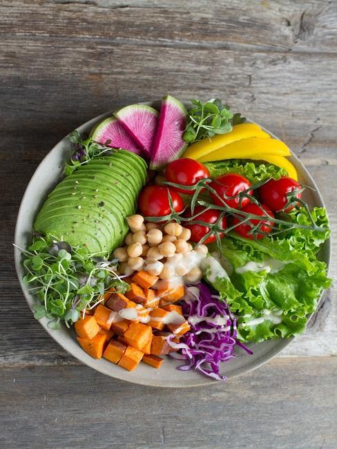 Miska pełna warzyw i strączków odpowiednie w trakcie postu przerywanego