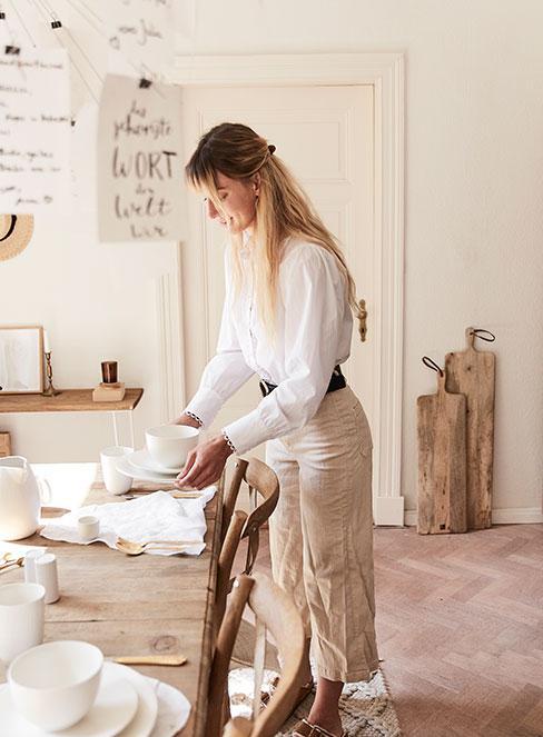 jasno ubrana kobieta w jadalni w stylu rustykalnym