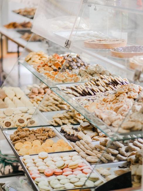 Wystawa ciastek w cukierni