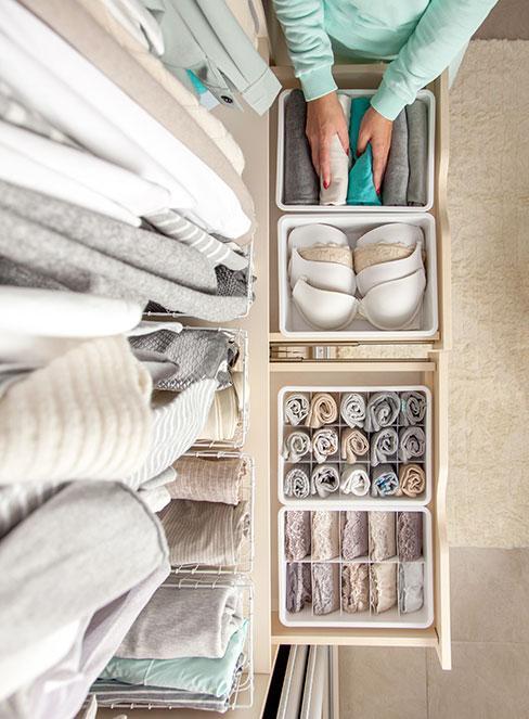 bielizna w pojemnikach w szufladzie