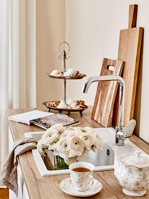 Blat z drewna z etażerką i deskami do krojenia w kuchni prowansalskiej