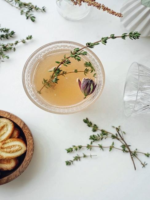Herbata w kubku na białym stole