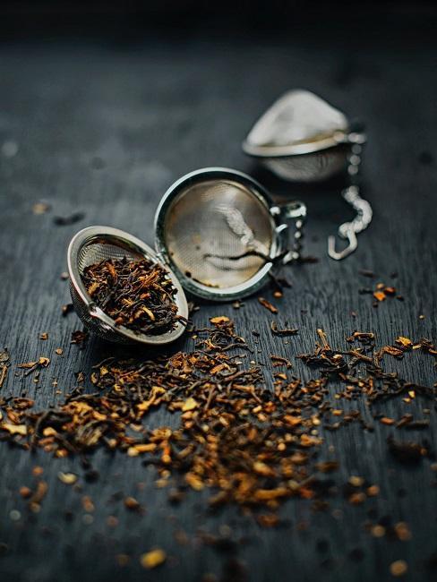 Herbata wysypana na stole
