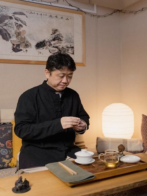 Mężczyzna biorący udział w ceremonii parzenia herbaty