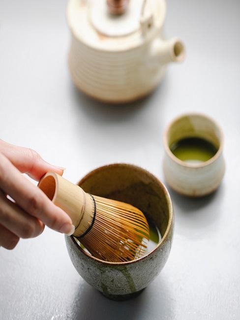Proces parzenia herbaty matcha
