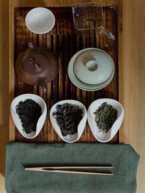 Dzbanki i herbaty na drewnianym stole do ceremonii parzenia herbaty