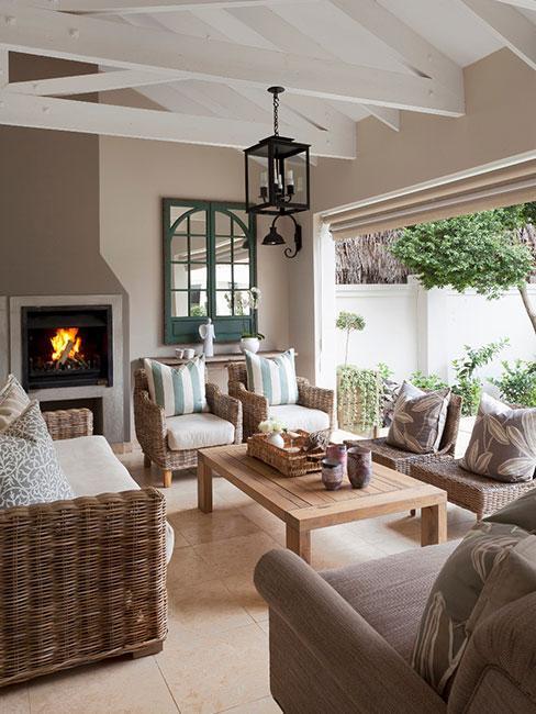 salon w stylu rustykalnym z meblami z wikliny