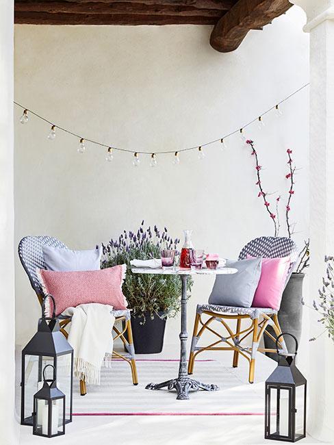 fioletowe meble ogrodowe obok lawendy na balkonie w stylu prowansalskim