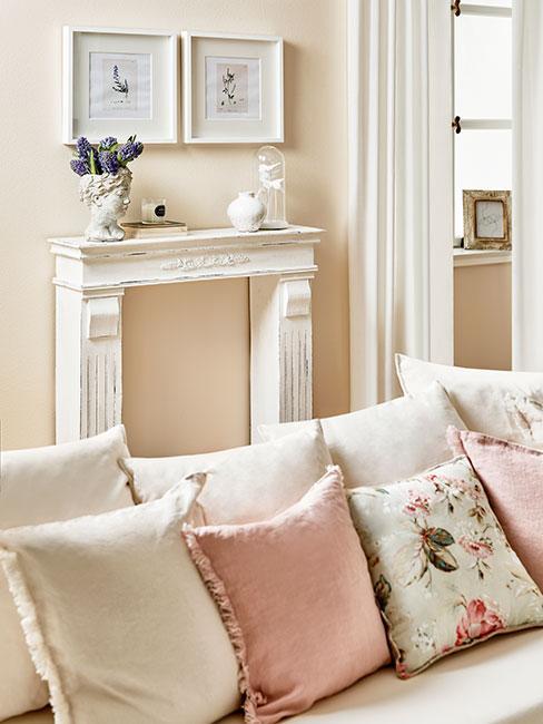 zbliżenie na różowe i białe poduszki na sofie w salonie w stylu prowansalskim