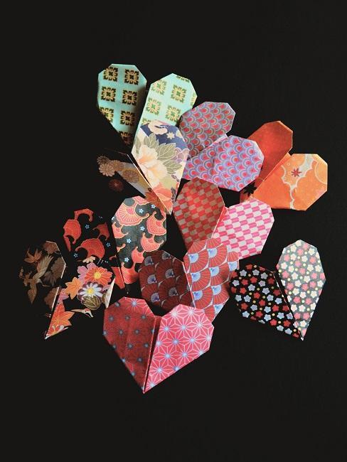 Origami w kształcie serca w różne wzory
