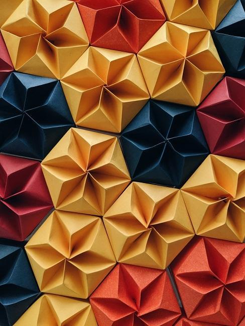 Origami w kolorach żółtym, niebieskim i czerwonym