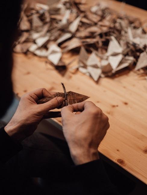 Mężczyzna pokazujący jak zrobić origami